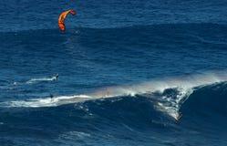 МАУИ, ГАВАИ, США - 15-ОЕ ДЕКАБРЯ 2013: серфер змея едет b Стоковое Изображение