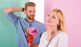 Мачо любит удивить женщину Идея для подарка цветков букета всегда приятная Дата девушки ждать Немногое сюрприз для ее стоковое изображение