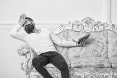Мачо на драматической соперживая книге чтения стороны Концепция сопереживания Книга чтения Гая с сопереживанием Человек с бородой стоковые изображения rf