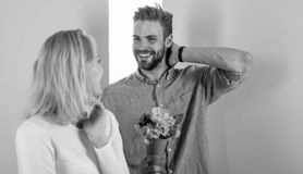 Мачо подобия для того чтобы удивить женщину Человек готовый на совершенная дата Букет цветет всегда приятная идея для подарка Дев стоковое фото