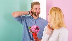 Мачо подобия для того чтобы удивить женщину Человек готовый на совершенная дата Букет цветет всегда приятная идея для подарка Дев стоковые изображения