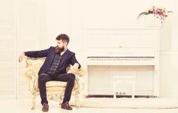 Мачо привлекательное и элегантный на серьезной стороне и заботливом выражении Концепция образа жизни элиты Человек с бородой и стоковые изображения