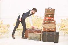 Мачо элегантное на строгой стороне носит винтажный чемодан Человек, дворецкий с бородой и усик нося классический костюм поставляю стоковое фото rf