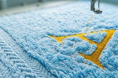 Машина вышивки и дизайн алфавита на полотенце стоковое фото rf