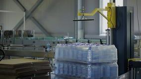 Машина в завода по розливу пакетах автоматически с защитной упаковкой контейнеров контейнеров воды видеоматериал