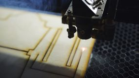 Машина для лазера режа деревянный конец вверх по макулатурному картону отрезков и дыму появляется акции видеоматериалы