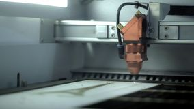 Машина для лазера режа деревянный конец вверх по макулатурному картону отрезков CNC горя машину обработки древесины Woodworking л сток-видео