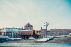 Машина для очищая снега на улице города стоковое фото rf