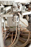 машина для прикрепления этикеток бутылки Стоковая Фотография RF