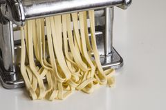 Машина для свертывая теста и резать итальянские лапши макаронных изделий Стоковые Изображения RF