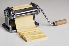 Машина для свертывая теста и резать итальянские лапши макаронных изделий Стоковая Фотография RF