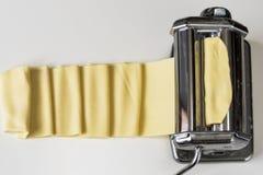 Машина для свертывая теста и резать итальянские лапши макаронных изделий Стоковые Фотографии RF