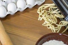 Машина для свертывая теста и резать итальянские макаронные изделия, яичка и fl Стоковые Изображения RF