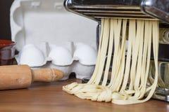Машина для свертывая теста и резать итальянские макаронные изделия, яичка и fl Стоковое Изображение