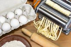 Машина для свертывая теста и резать итальянские макаронные изделия, яичка и fl Стоковое Фото