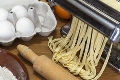Машина для свертывая теста и резать итальянские макаронные изделия, яичка и fl Стоковые Фото