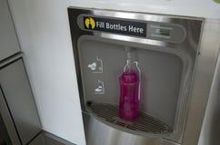 Машина завалки бутылки питьевой воды Стоковые Изображения