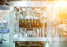 Машина завалки льет пиво в пластичные бутылки ЛЮБИМЧИКА Стоковое Фото