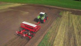 Машина засева работая на аграрном поле аграрная индустрия сток-видео