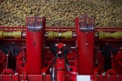 Машина картошки сортируя, конец-вверх Концепция земледелия Машина стоковое изображение