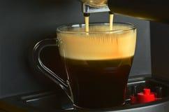 Машина кофе подготавливая чашку кофе эспрессо Стоковые Фотографии RF