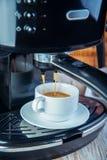 Машина кофе подготавливая чашку кофе Стоковые Фото