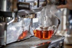 Машина кофе льет горячую воду в чайник Стоковые Изображения RF