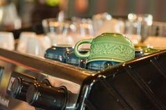 Машина кофе эспрессо, подготовка кофе стеклоизделия селективно Стоковое фото RF