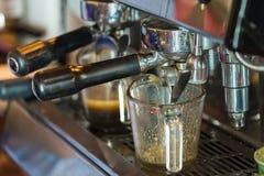 Машина кофе эспрессо, подготовка кофе стеклоизделия селективно Стоковые Фотографии RF