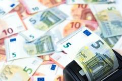 Машина кредитной карточки помещена на куче backgrou банкнот евро Стоковые Фотографии RF