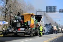 Машина кладя бетон асфальта на дорожные работы стоковое фото rf