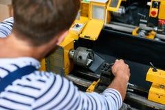 Машина механической обработки заводской рабочий работая Стоковые Изображения