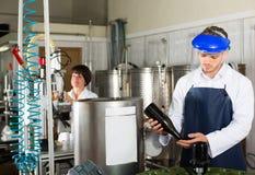 Машина мужского работника работая на фабрике игристого вина Стоковое фото RF
