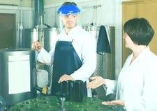 Машина мужского работника работая на фабрике игристого вина Стоковое Изображение RF