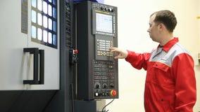 Машина оператора CNC видеоматериал