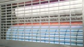 Машина оформления прессы печати в работе - голова печатания очищает оборудование