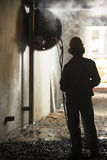 Машина подрыванием работника строителя работая стоковое изображение