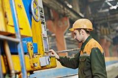 Машина промышленного работника работая Стоковое Изображение