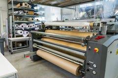 Машина промышленное Professi полки Rolls печатания экрана материальная Стоковая Фотография