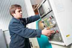 Машина работника работая на мастерской Стоковые Фотографии RF