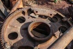 Машина разделяет ржавый старый утюг Стоковое Фото