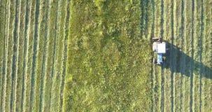 Машина сельскохозяйственных угодиь управляет вдоль поля и косит траву видеоматериал