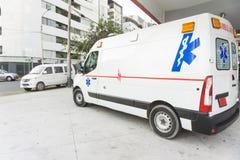 Машина скорой помощи в городе Стоковые Фотографии RF