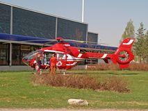 машина скорой помощи собирает пациента вертолета Стоковые Фотографии RF