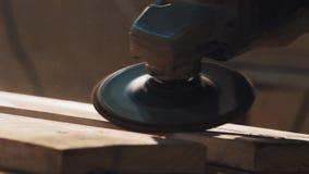 Машина угловой машины полируя на деревянной планке в мастерской акции видеоматериалы