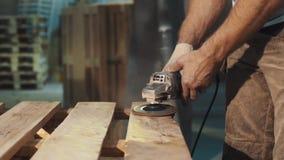 Машина угловой машины пользы человека плотника к ровной деревянной структуре планок видеоматериал