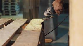 Машина угловой машины пользы человека плотника к ровной структуре деревянных доск акции видеоматериалы