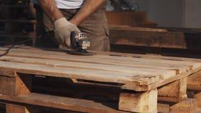 Машина угловой машины пользы человека Woodworker к ровной деревянной структуре планок сток-видео