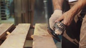 Машина угловой машины пользы человека Woodworker к ровной деревянной структуре баров акции видеоматериалы