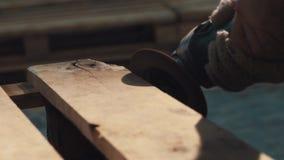Машина угловой машины приглаживая на деревянной планке в мастерской видеоматериал